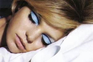 عوارض با آرایش خوابیدن خانم ها