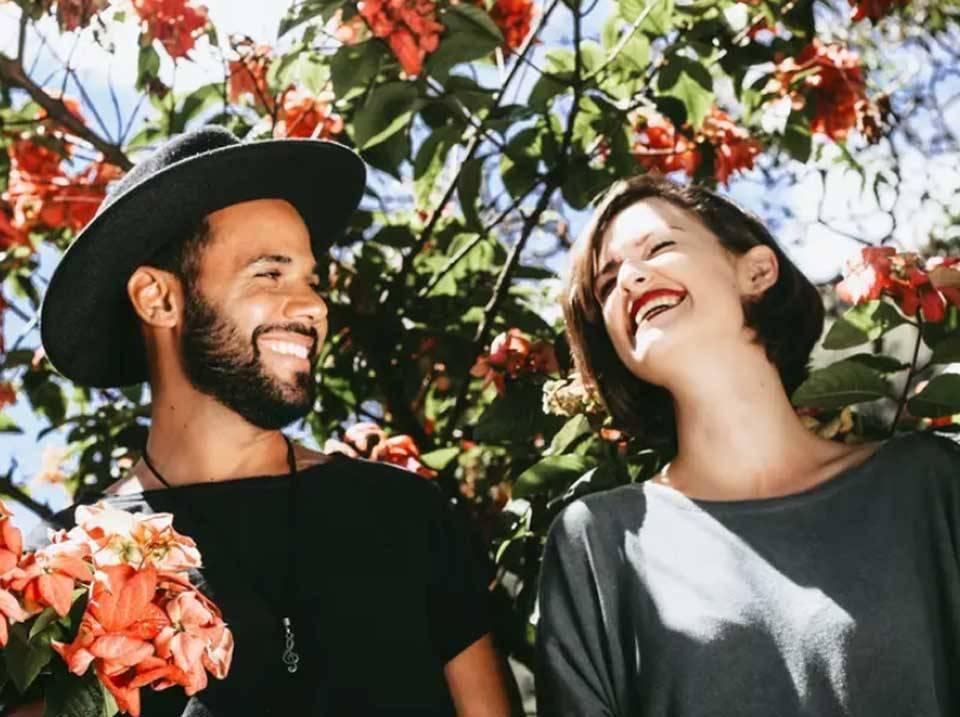 عاشق شدن چه علائمی دارد؟ 8 علامت علمی احساس عشق عمیق